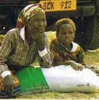 Jeffa Charles Phiri e la nonna ricevono il fertilizzante